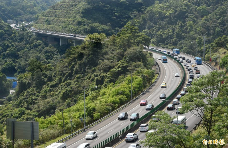 今日是228連假第一天,清晨國道5號南下路段已現車潮。(資料照)