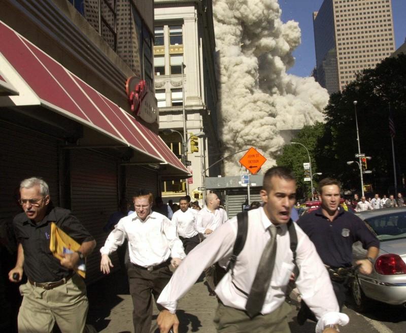 美國男子庫珀(Stephen Cooper,左,黑衣者)躲過911恐怖攻擊,其逃生的場景成為911最出名的照片之一。孰料庫珀躲過了恐攻卻躲不過武漢肺炎,日前病逝於佛州。(美聯社)