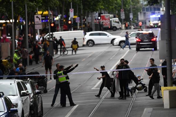 澳洲大城墨爾本市區在當地時間今(9日)下午突然有名男子駕車衝撞行人,放火燒車後再持刀隨機砍人。(歐新社)