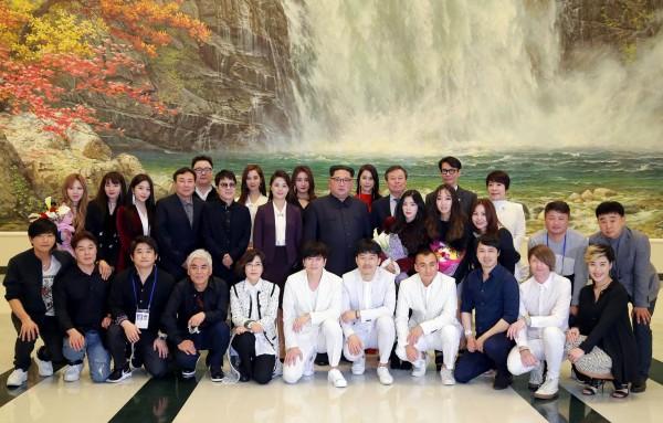 金正恩1日欣賞南韓表演團的演出後,與表演者大合照。(法新社)