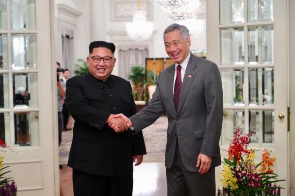 北韓領導人金正恩則已在10日下午抵達樟宜機場,並在當晚6時左右到新加坡總統府「Istana」與李顯龍見面。(法新社)