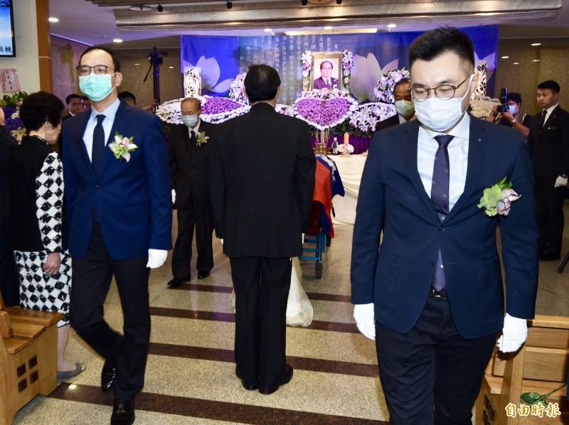 前考試院長邱創煥本月2日辭逝,家屬16日於台北第二殯儀館舉行告別式,前國民黨主席朱立倫(左)、國民黨主席江啟臣(右)等人出席。(記者羅沛德攝)