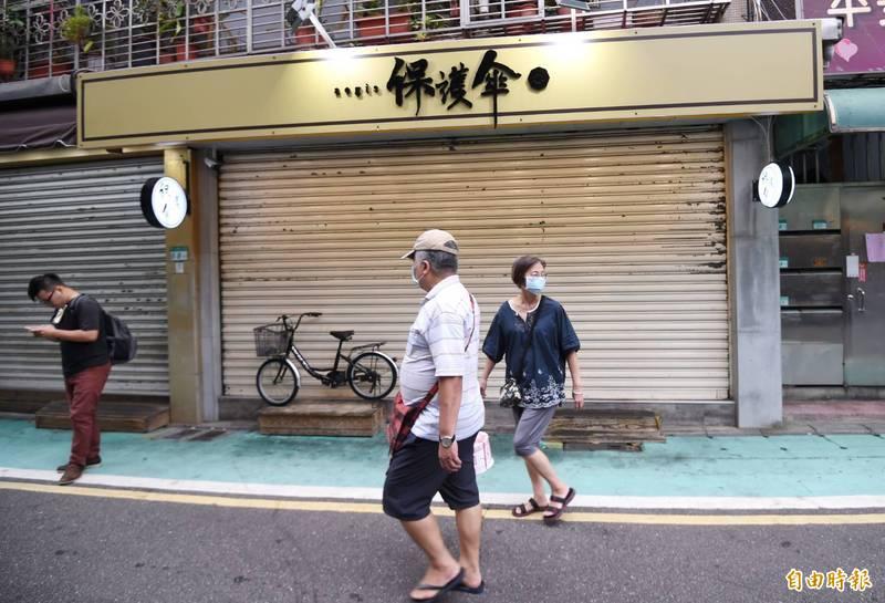 港人庇護餐廳「保護傘」今天中午遭人潑糞,目前鐵門拉下暫停營業。(記者方賓照攝)