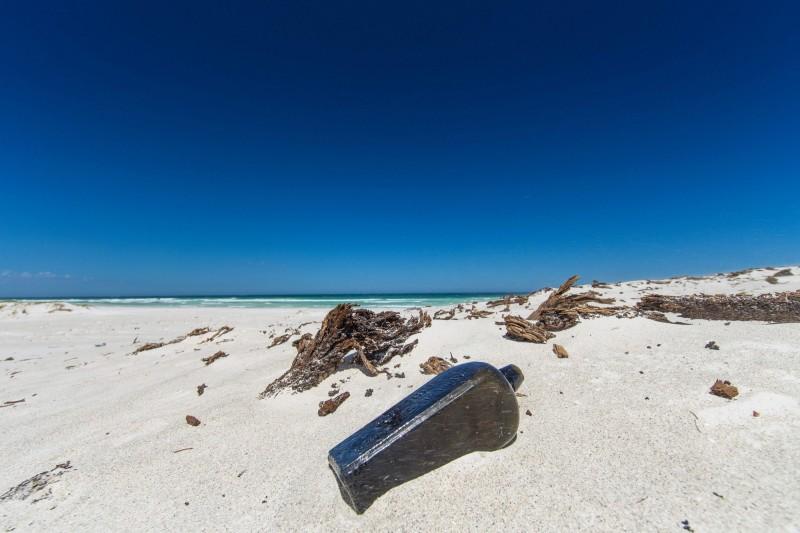 澳洲1名漁夫最近撿到了1個有50年歷史的瓶中信,希望能找到當初寫下這封瓶中信的人。示意圖。(法新社檔案照)