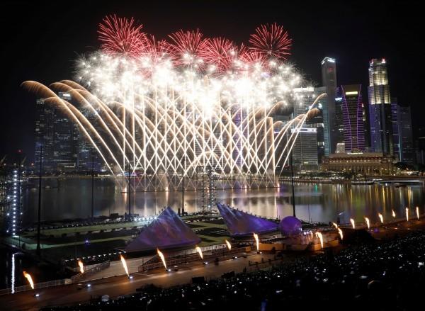 新加坡在濱海灣施放跨年煙火。(路透)