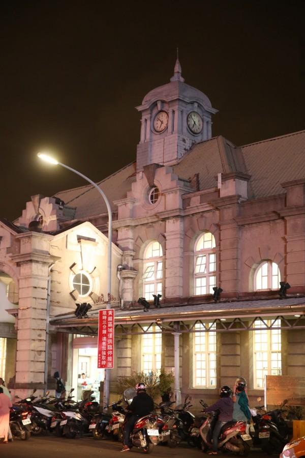火車站4面皆有時鐘的鐘塔至今仍屹立俯瞰來往旅客。(記者臺大翔攝)