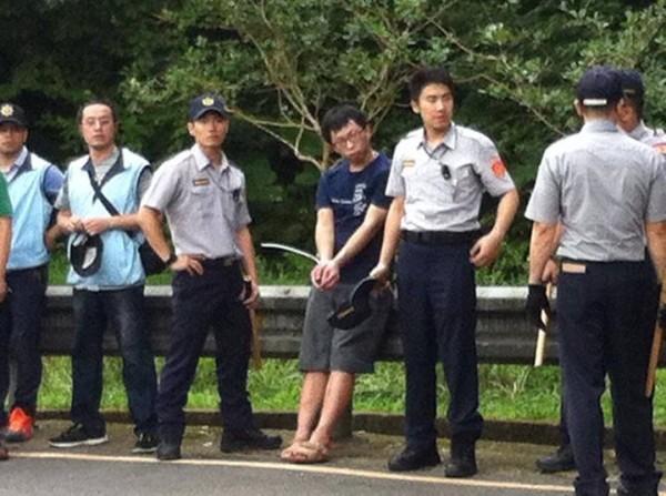黑島青成員魏揚前往烏來向張志軍抗議,卻遭警方以具合法性受質疑的塑膠束帶代替手銬綑綁雙手。(圖擷取自黑色島國青年陣線臉書)