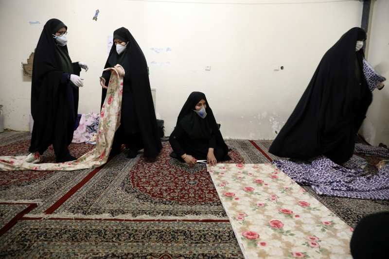 武漢肺炎肆虐,伊朗至今確診已逾6萬人,今日新增2274例確診,136例死亡。圖為戴口罩的伊朗婦女,非當事人。(法新社)