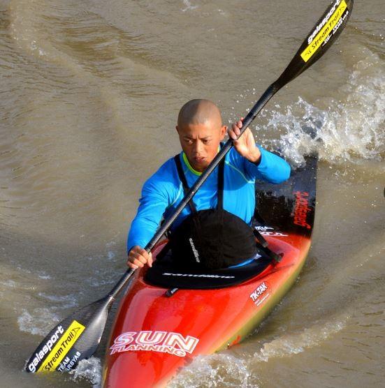 日本長野善光寺有一位看似平淡無奇的和尚,但他的另一個身分竟然是日本奧運國手,即將前往里約與世界好手一同競爭「輕艇激流」的冠軍。(圖擷自《朝日新聞》)