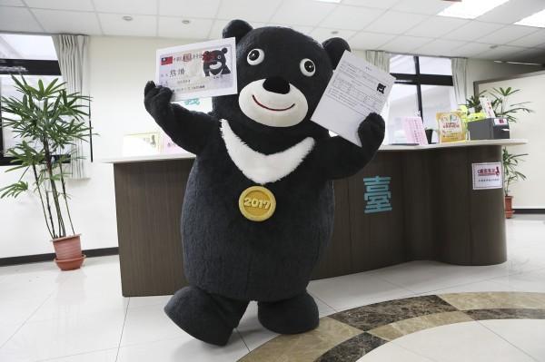 世大運吉祥物「熊讚」帶著身分證、履歷表,前往就業服務站登記找新工作。(北市觀光傳播局提供)