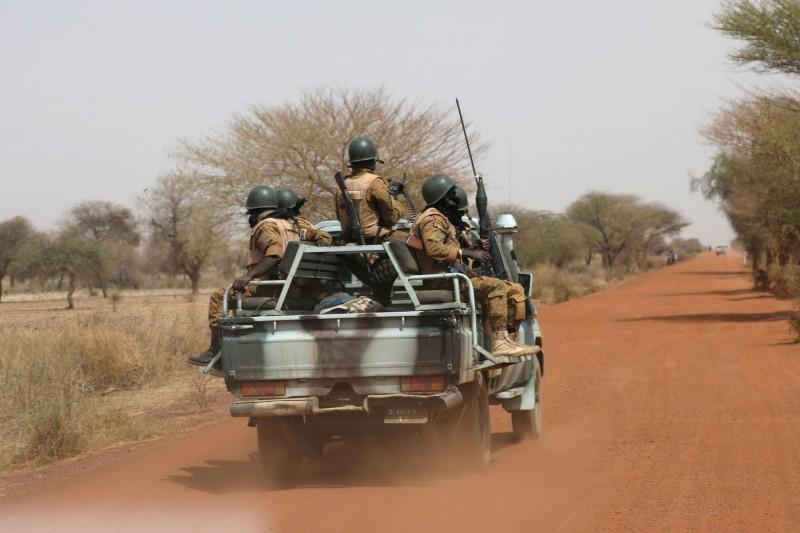 布吉納法索一處市場於20日遭到恐怖分子襲擊,造成36位平民死亡。圖為巡邏中的布吉納法索士兵。(路透)