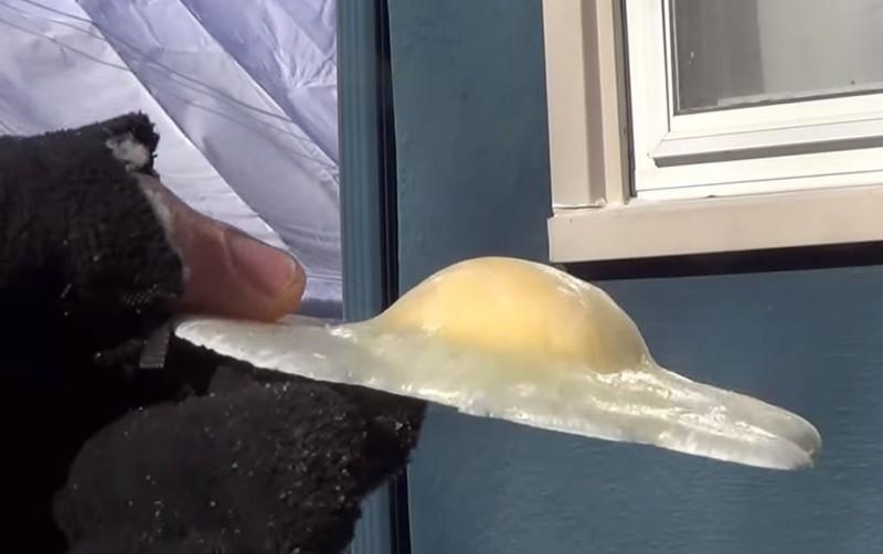 另一顆完全打出的雞蛋外型則變得很像荷包蛋。(圖擷自Youtube)