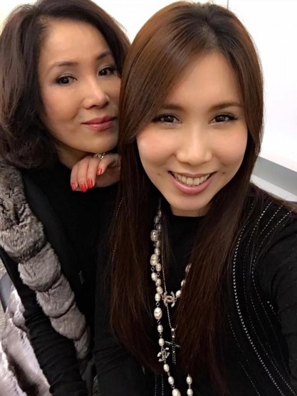 李亞萍(左)的女兒余苑綺(右),明將補辦婚宴。(翻攝臉書)