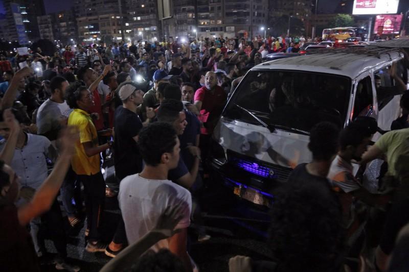 開羅市中心及其他埃及城市,在當地時間20日晚間爆發反政府示威,許多年輕人上街喊口號,要求總統下台。(歐新社)