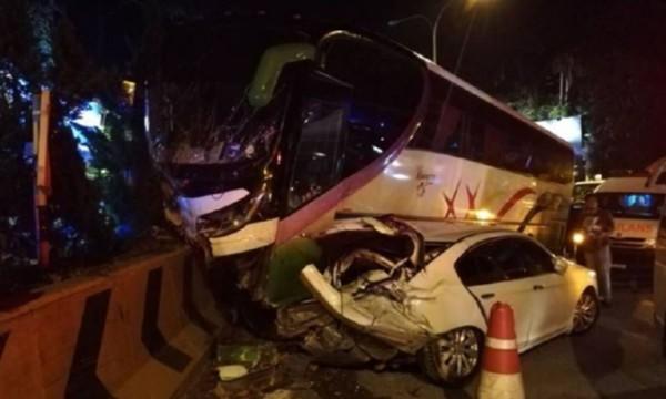 載有16名中國遊客的遊覽車疑因下坡時剎車失靈,先是碰撞前方車輛,再撞上路邊石墩。(擷取自《頭條日報》)