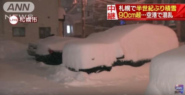 札幌市區積雪量打破半世紀紀錄。圖片顯示積雪量90公分,現已增至95公分。(圖擷自ANN News)