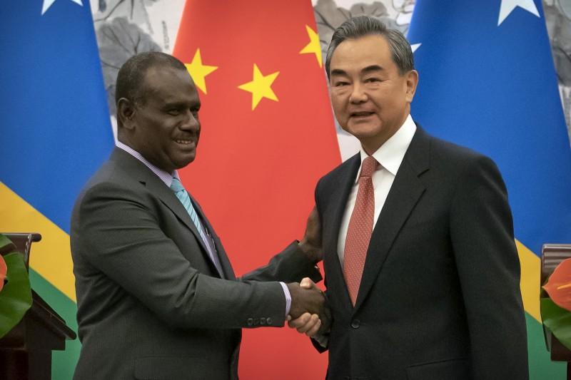 索中建交儀式上,索羅門群島外交部長馬內列(Jeremiah Manele)與中國外交部長王毅握手。(美聯社資料照)