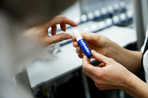很多人在冬天時都會塗護唇膏,避免嘴唇乾燥。(歐新社)