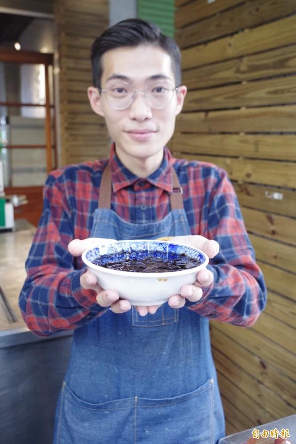 一銀仙草傳承老「地一銀仙草攤」作法,讓不少在地人回頭消費,回味古早滋味。(記者王善嬿攝)