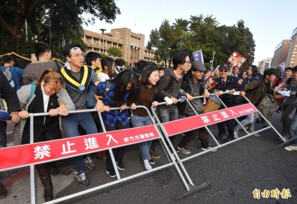 遊行群眾回頭佔領行政院門口,過程中與警方發生推擠。(記者劉信德攝)