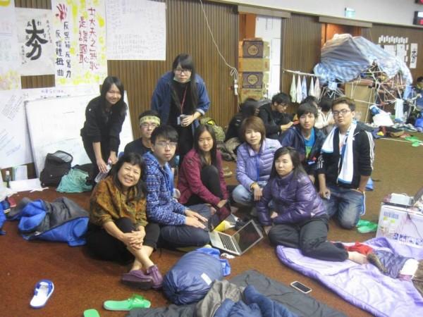 蔣月惠在立院內與學運成員合照。(圖擷自蔣月惠臉書)