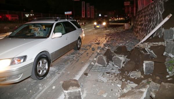 日本熊本在今年4月間接連發生強震,造成許多知名古蹟坍塌及道路毀損,災情十分慘重。(美聯社)