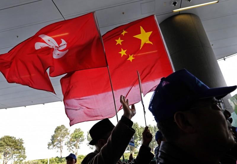 港民調顯示,港人對一國兩制信心持續下探。(美聯社)