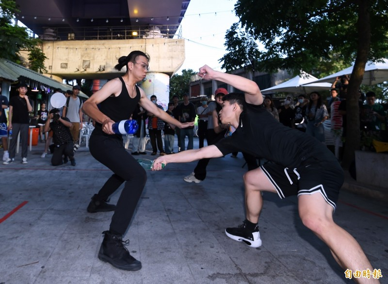 羅馬競技生死鬥的規則簡單,且安全性高,參與門檻又低,吸引許多年輕人參與。(記者方賓照攝)