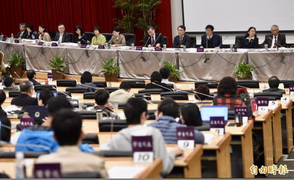 台大24日召開校務會議,討論台大校長當選人管中閔是否可以掌管台大。(記者羅沛德攝)
