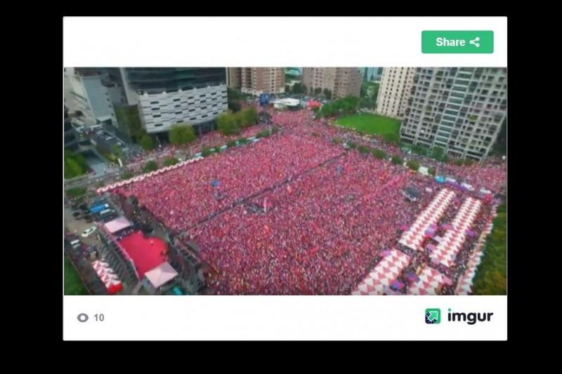 國民黨總統初選參選人韓國瑜22日出席台中造勢大會,韓國瑜在晚間7點大進場前,主持人就喊出現場人數突破20萬人,但人數引起網友質疑灌水。對此,有網友PO出下午6點的現場空拍圖,請網友一同來估算人數。(圖擷取自PTT)