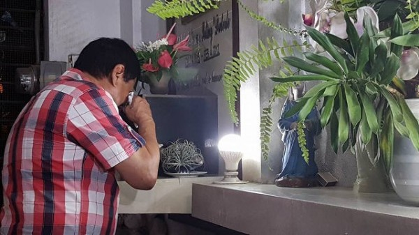 有外媒報導指出,幾乎篤定當選總統的杜特蒂於今天凌晨造訪父母墳墓,弔念之際竟在墳前泣不成聲。(圖擷自Editha Caduaya 臉書)