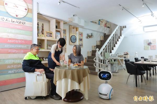 提供居家清潔、長照諮詢等服務的「有本生活坊」以明亮、舒適的咖啡館設計,鼓勵社區有需要的民眾隨時都可進來坐坐、聊聊天。(記者李惠洲攝)