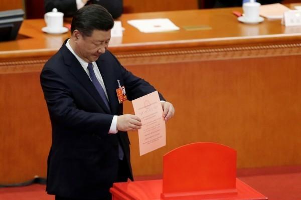 中國人大11日以2958票贊成修憲刪除國家主席「連續任職不得超過兩屆」的規定,習近平的國家主席任期可至2023年後。圖為習近平投下表決票。(路透)
