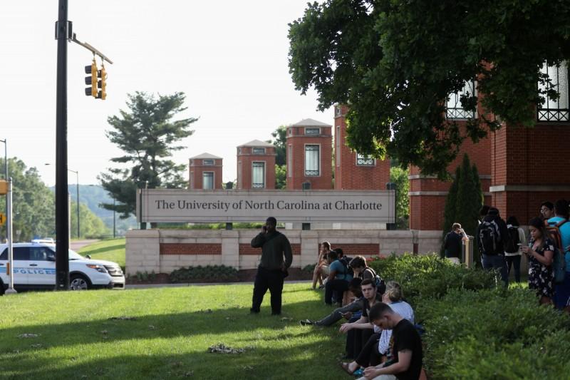 事發在校園的甘迺迪大樓(Kennedy building)附近,約在當地時間30日下午5時45分左右出現槍響,學生四處逃竄。(法新社)