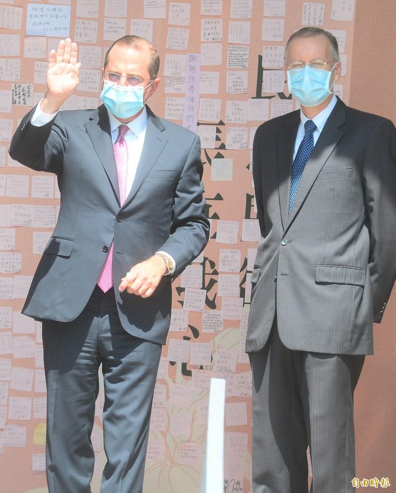 美國衛生部長阿札爾(左)到前總統李登輝追思會弔唁。(記者王藝菘攝)
