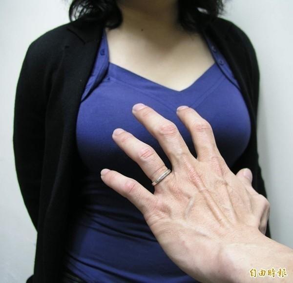 29歲方姓男子尾隨國中女學生,趁機搭訕再伸手撫摸女學生胸部。(情境照)
