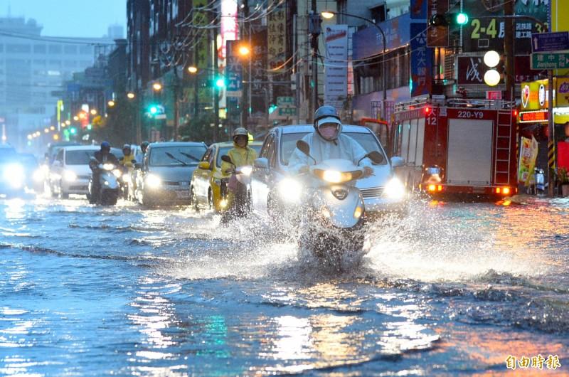 高雄市區昨天傍晚降下雷陣雨,超大雨勢讓許多路面積水,車輛拋錨動彈不得,又正值下班時間,民眾怨聲載道。(資料照)