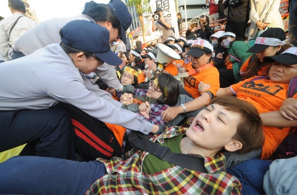 警方下午4點多執行驅離時,警民爆發拉扯衝突。(記者劉信德攝)