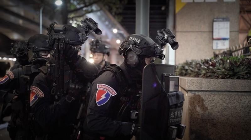 霹靂小組在北捷出口外埋伏攻堅。(圖擷取自NPA署長室)