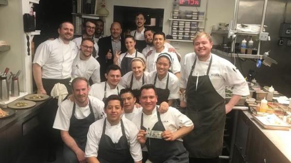 收到客人的2000美元小費,「波卡」餐廳的員工們也和小費開心合影留念。(圖擷取自芝加哥論壇報)