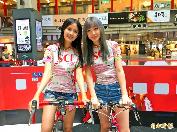 Two models yesterday take part in a Tourism Bureau news conference at Taipei Railway Station to promote tourism in Hualien and Taitung counties. Photo: Hsiao Yu-hsin, Taipei Times