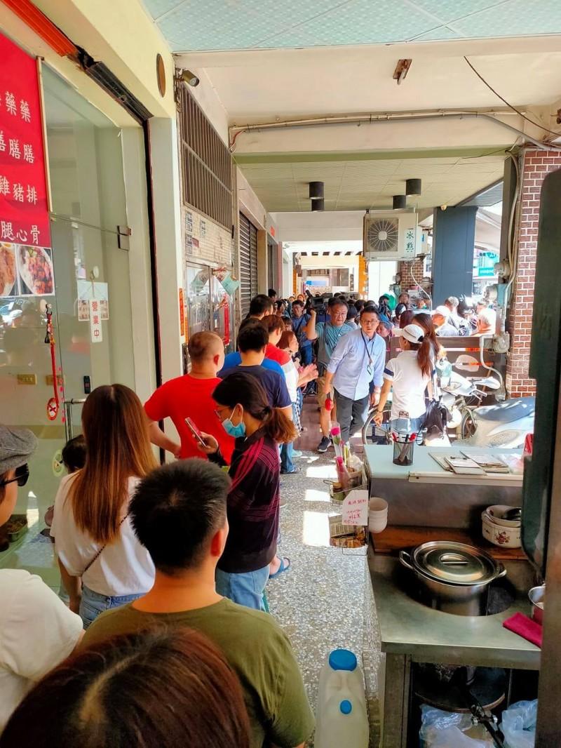 大批支持廣德家的民眾在騎樓排隊購買香蕉煎餅。(民眾提供)