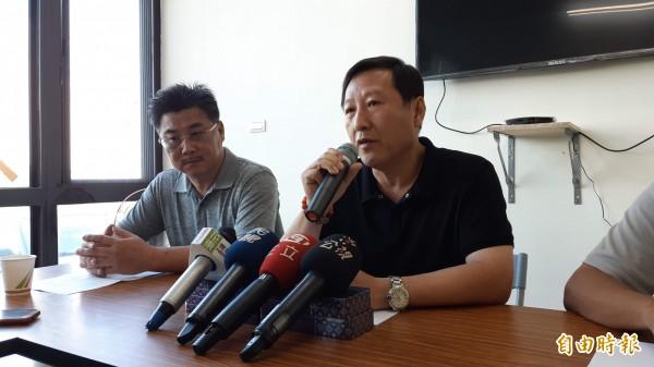 鄺麗貞表明參選台東縣長到底,丈夫吳俊立(右)表明不挺老婆,全力支持國民黨提名的饒慶鈴。(記者黃明堂攝)