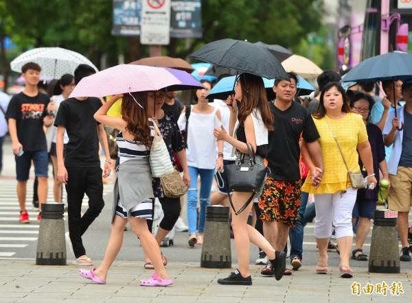 中央氣象局指出,今(21)日受10號颱風及熱帶性低氣壓外圍環流影響,北部、宜蘭地區整天陸續有短暫陣雨或雷雨出現。(資料照)