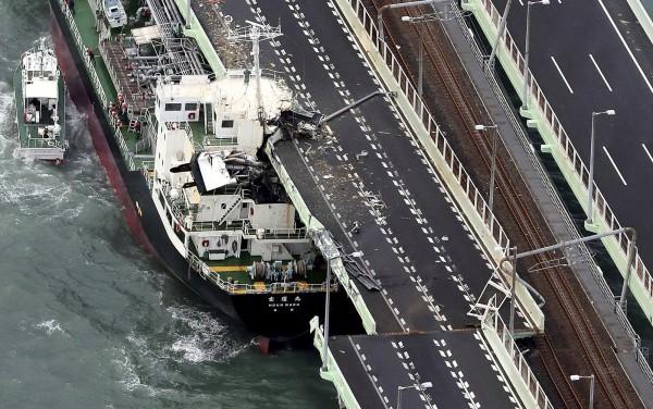 關西機場對外連絡橋其中一側遭油輪「寶運丸」撞上損壞,目前「寶運丸」目前已被移開。(美聯社)