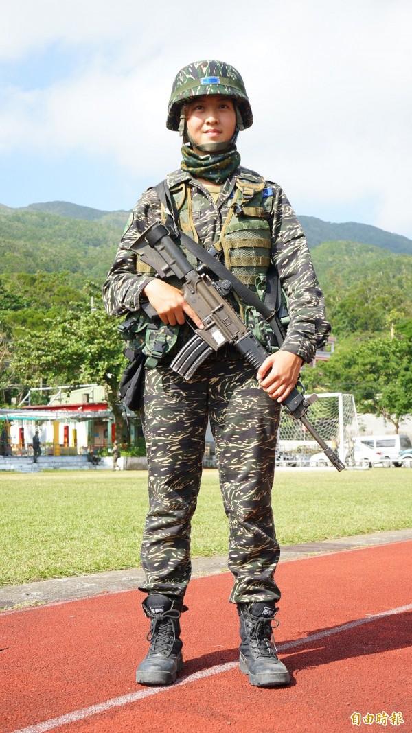中尉輔導長張泰晴,大學主修舞台劇的她,現在穿上軍服英姿颯爽。(記者陳彥廷攝)
