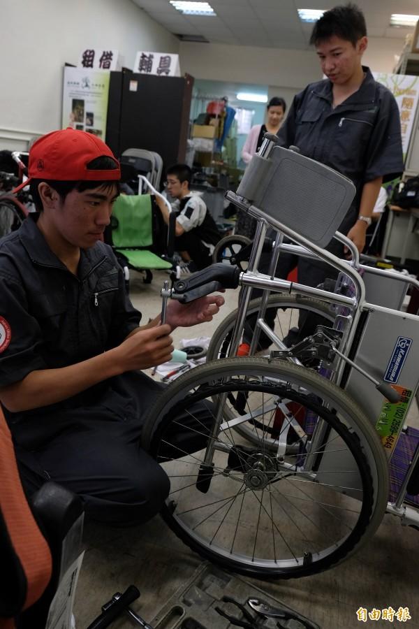 十位來自福岡縣立浮羽工業高校汽車研究社的學生,參加「空飛輪椅」計畫,來台維修輪椅。(記者陳炳宏攝)