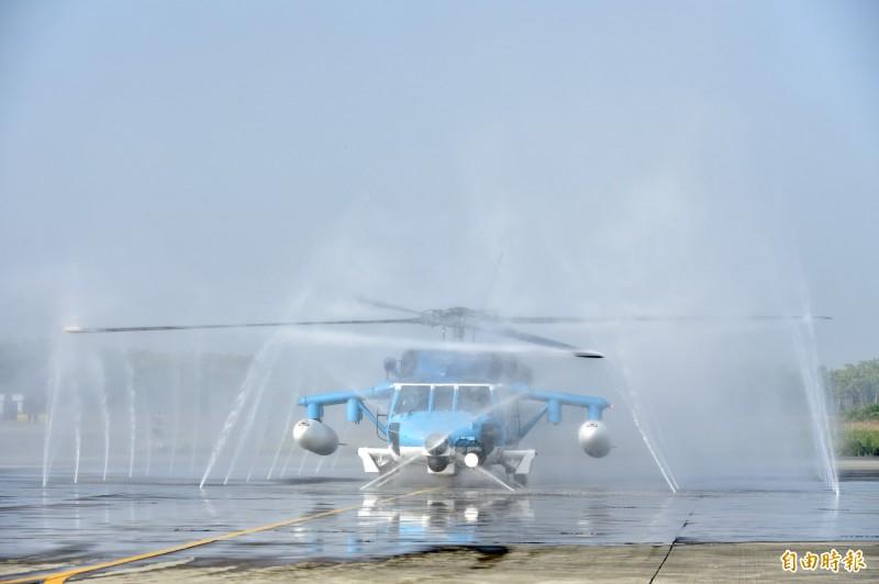 國軍今日在空軍嘉義基地安排一架S-70C直升機,進行自動化清洗作業。(記者塗建榮攝)