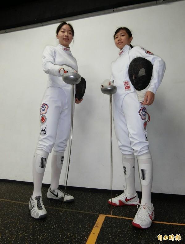 趨勢科技贊助的2018年亞青盃擊劍錦標賽國手陳宣妤(左)、范筠茜(右)。(記者陳炳宏攝)