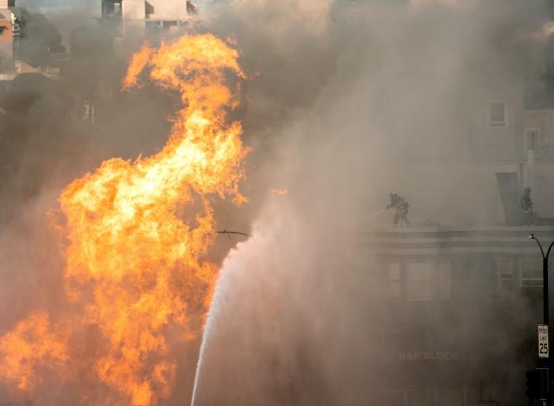 伊朗驚傳天然氣管線爆炸,造成至少5人死亡、6人受傷。圖為爆炸起火示意圖,非伊朗現場畫面。(法新社檔案照)